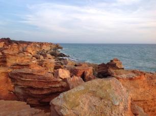 Rotsen aan zee in Broome
