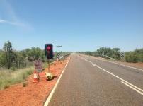 Wachten voor een stoplicht op een lege weg