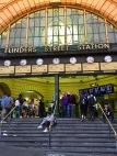 Op de trappen van het Flinder Street Station