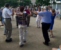 Spontane volksdansen op het plein