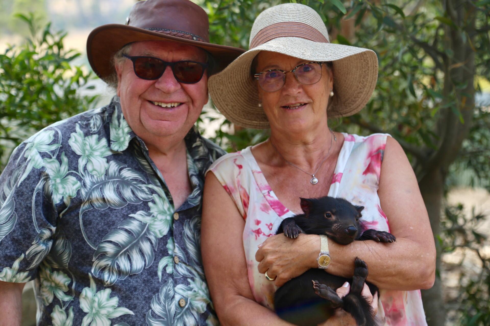 frans en Margareth met een 8 maanden oude Tasmaanse Duivel
