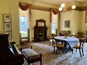 Een van de zitkamers van de Homestead