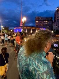 Een hele rij fotografen op de brug, Frans Voorop