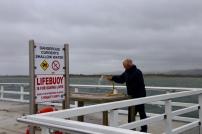 Hans bij de visserstafel op de pier