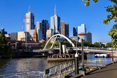 Uitzicht over de City met bar onder de brug