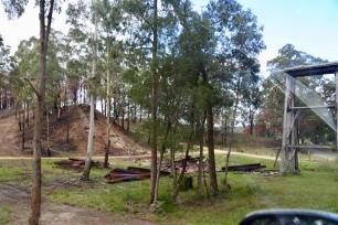 Verbrande en ingestorte antieke spoorbrug