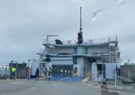 De veerboot, klaar om er op te rijden