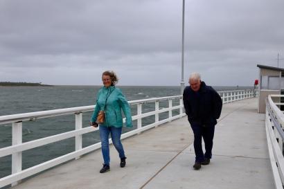 Margareth en Hans op de pier