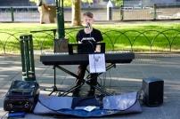 Piepjonge muzikant aan de Yarra River
