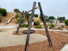 Een hagelnieuwe speeltuin maar geen kind te zien