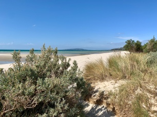 Stralend blauwe lucht aan het strand in Rosebud