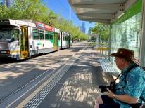 Wachten op de tram op St. Kilda Road