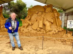 Frans bij het zandsculptuur van de tijgers