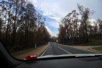 Beide kanten van de weg verbrand