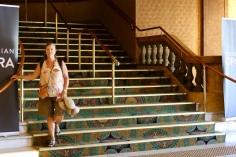 Margareth op de trap van het Palais Theatre