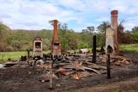 Naast de groene picknickplaats de ruine van een verbrand huis