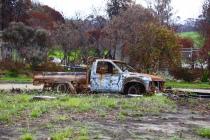 Uitgebrande auto voor een uitgebrande woning