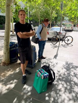 Tom en Frans staan bij de Eureka Tower te wachten op de starbus