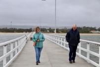 Hans en Margareth op de 600 meter lange pier van Port Welshpool