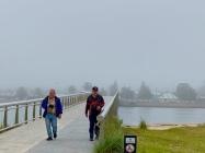 Hans en Frans op de loopbrug van Lakes Entrance