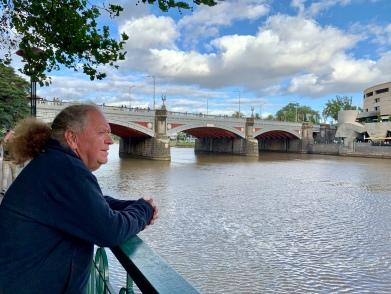 Frans kijkt over de Yarra River