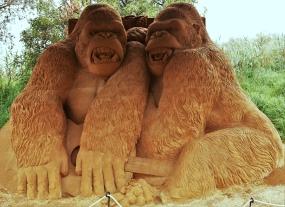 Zandsculptuur Gorilla's